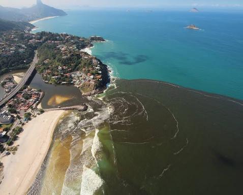 Esgoto em praia do Rio de Janeiro revela dimensão do problema no saneamento básico na cidade