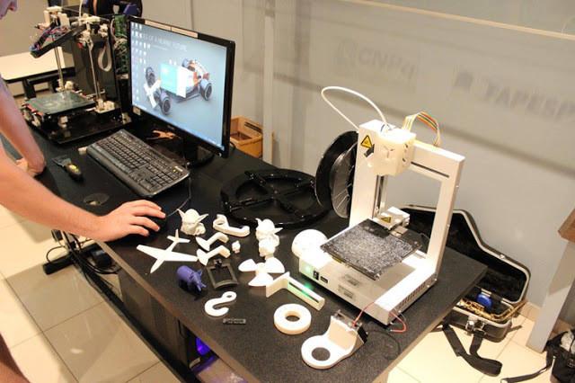 A foto mostra várias peças eletrônicas em cima de uma mesa.