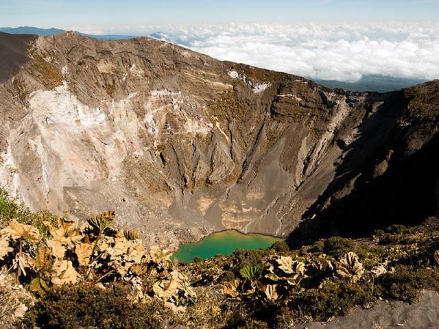 Cratera com água dentro de um vulcão