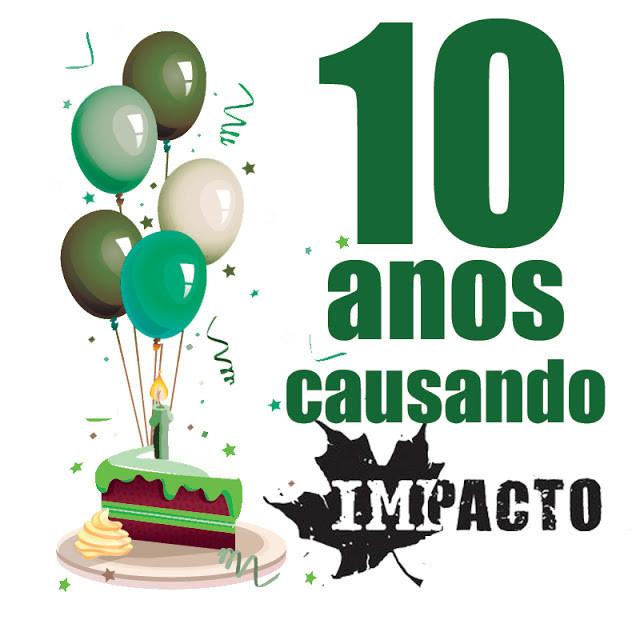 """É um desenho. Do lado esquerdo tem uma fatia de bolo vermelho, com cobertura verde, em cima tem uma vela e cinco balões - as cores dos balões são verde musgo, verde água e rosa. Do lado direito está escrito a seguinte mensagem """"10 anos causando Impacto""""."""