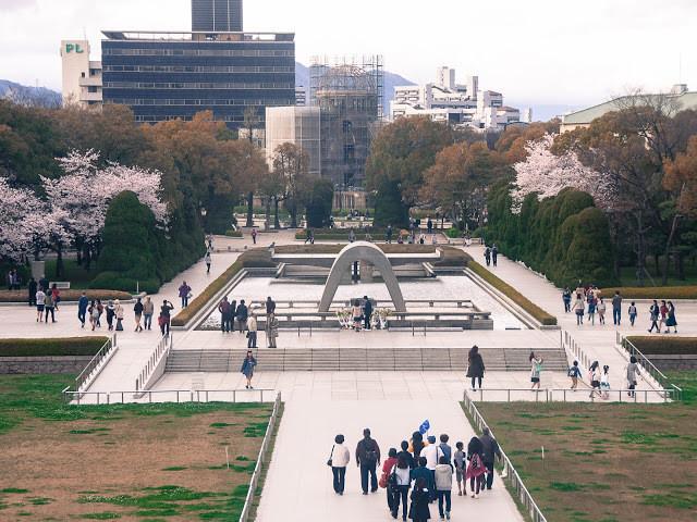 Pessoas andam pelo centro de Hiroshima, a cidade precisou ser reconstruída