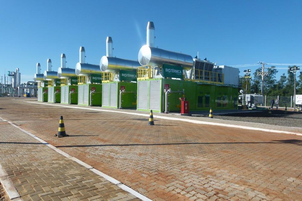 Foto de uma usina de biogás. Os grandes tanques de aço armazenam o gás.