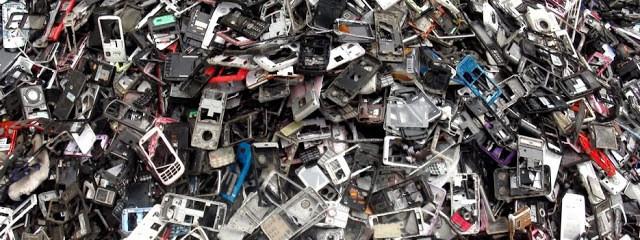 Milhões de lixo eletrônico acumulado.