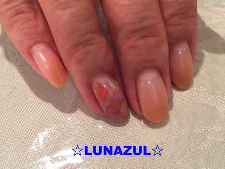 ワンポイントでオフィスネイルも楽しく。nude color gradation for office nail with one point flower art