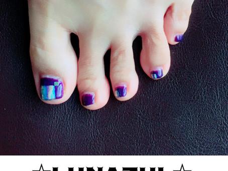 紫にホログラムパウダーでアート