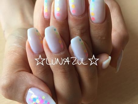 透明感のある白にネオンカラーのドットアートballerina shape and neon dot art