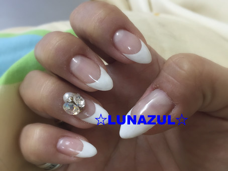 フレンチ Gel nail french style with bijou.