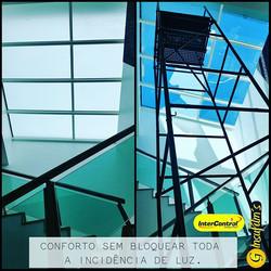 Teto de vidro sobre escadaria