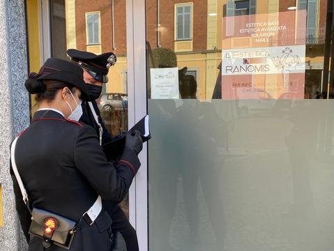 Mortara: il 53enne arrestato dai carabinieri aveva messo a segno 15 colpi nei negozi
