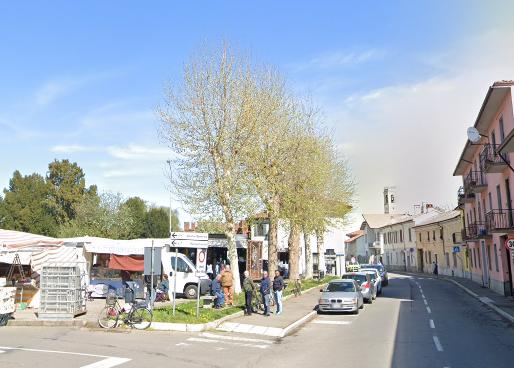 Dorno, la piazza diventa un ring: prende a pugni due passanti e aggredisce i carabinieri