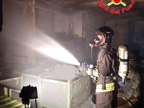 Cilavegna: tre ore per domare l'incendio nel deposito di materie plastiche