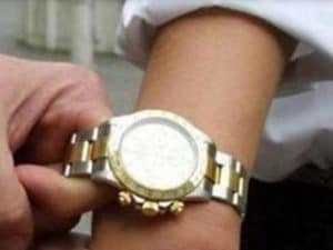 """Ruba il Rolex al pensionato, ma era solo un """"pataccone"""""""