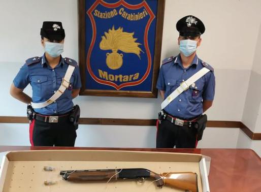 Evita il frontale e finisce fuori strada: i carabinieri gli trovano in auto il fucile rubato