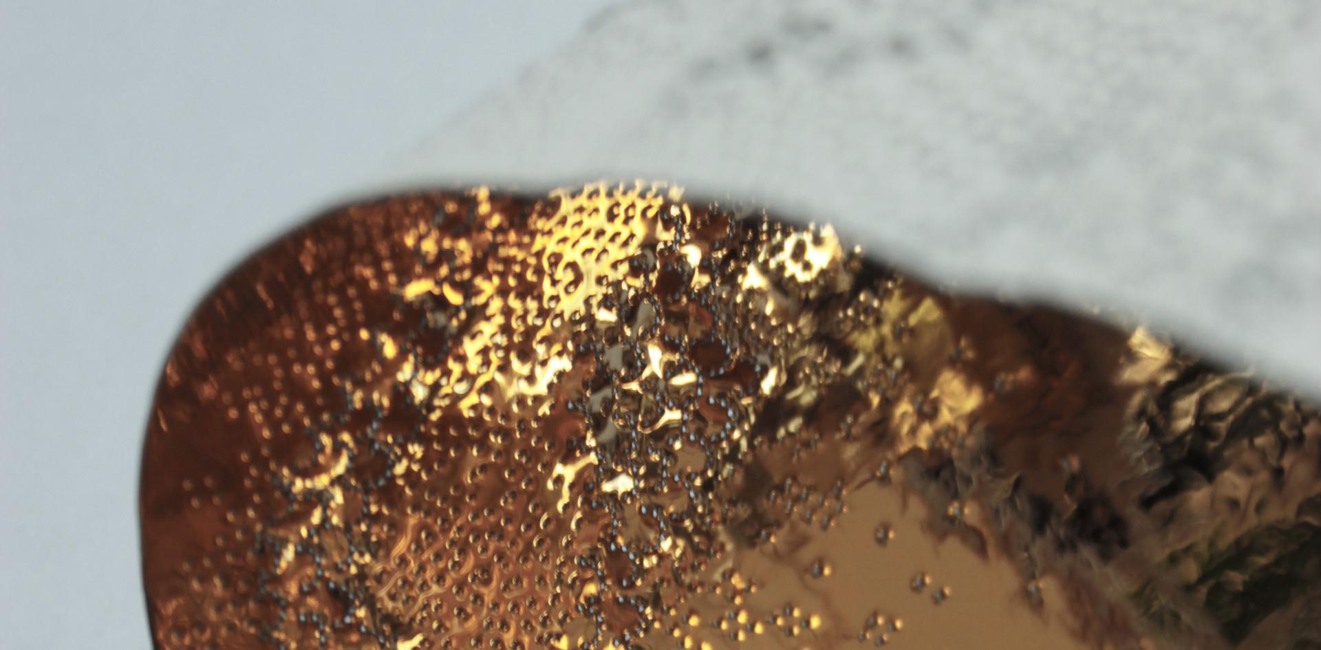 Détail baladeuse écaillée intérieur or