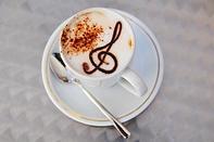 tasse-cafe-au-lait-cappuccino-poudre-cacao-creme-cle-sol-base-chocolat_380747-588.jpg.webp
