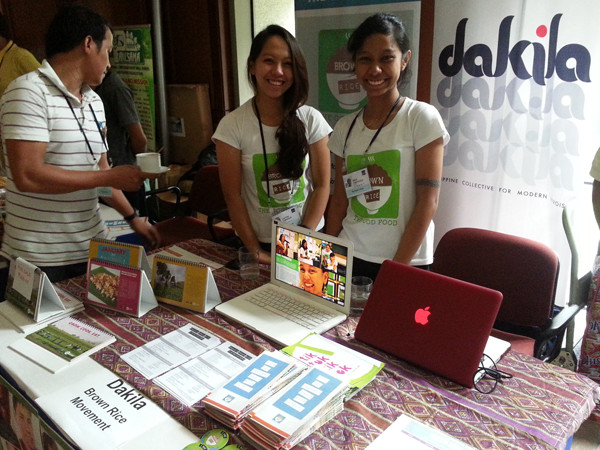 Jastine & Rash of Dakila promoting brown rice as good food  at ADB No Impact Week