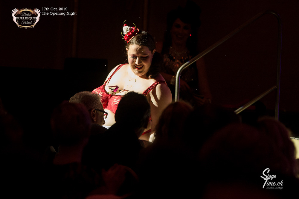 Ms_Lucy_Lovehandles_The_Opening_Night_©S
