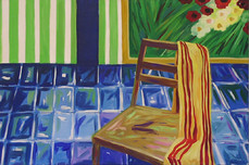 Stuhl mit gestreiftem Tuch auf Fliesen