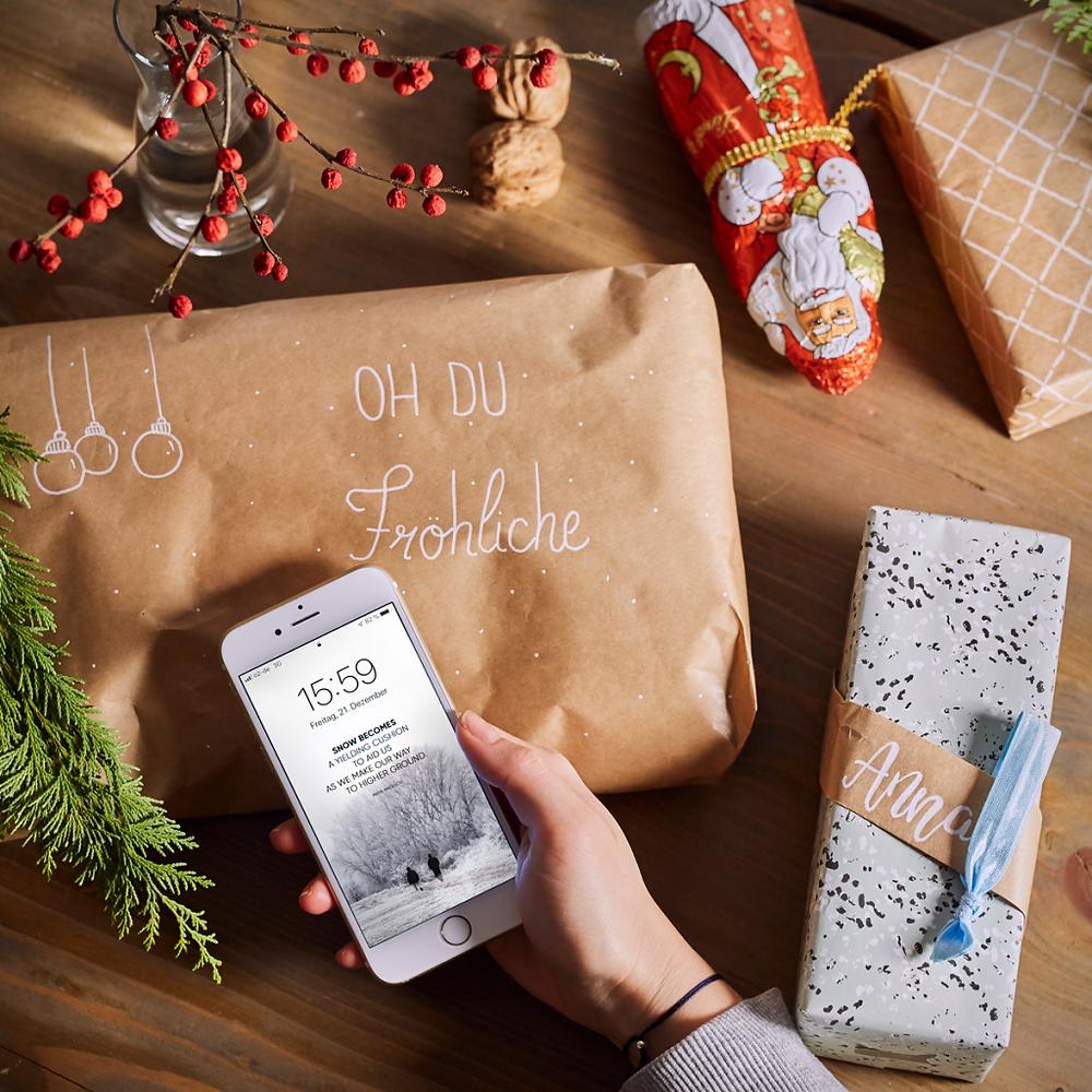 Unser kostenloser Bildschirmhintergrund bringt dich in Winter Stimmung. Das kreative Wallpaper Design für deinen Desktop oder als Handy Hintergrund kannst du dir gratis auf dem StudioStories.Blog herunterladen. Passend für alle gängigen Smartphones, wie iPhone X, XS, XR, 6, 7, Android, Samsung Galaxy und mehr. Frohe Weihnachten! Merry Xmas!