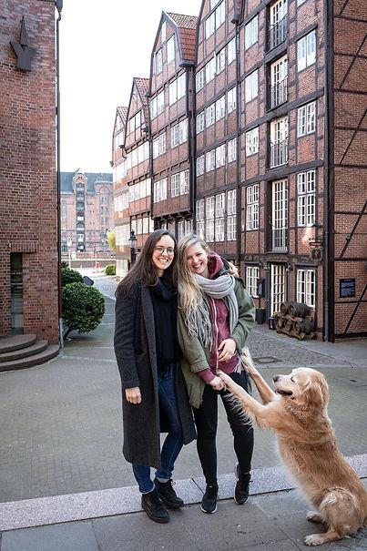 Jeden Tag schauen wir auf diese alten historischen Fachwerkgebäude, laufen durch Hamburgs Speicherstadt und genießen die Nähe zur Elbe. Denn unser Studio befindet sich direkt in der Hamburger Altstadt in einer bei Instagrammern sehr beliebten Gasse - die #Reimerstwiete am #Katharinenfleet :) Wir können uns keinen besseren Ort für unser kreatives Content Studio vorstellen, der noch vielfältiger und inspirierender ist als Altstadt, Speicherstadt, Hafencity und Innenstadt zusammen? Wir lieben Hamburg!