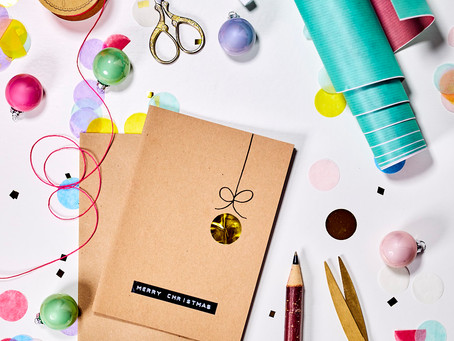 Weihnachtskarte mit Konfetti. Kreative DIY-Idee.