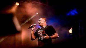 Davidson Silva responde bilhetes de fãs no Festival Halleluya