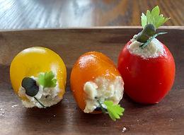 Tomate recheado com patê de Queijo Branco com manjericão