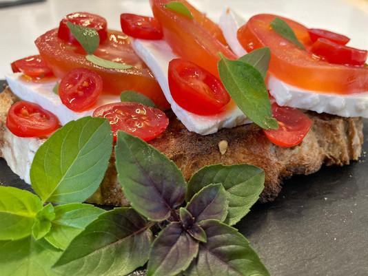 Sanduba de queijo branco com tomates no pão de fermentação natural