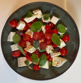 Salada de tomates com queijo branco e manjericâo