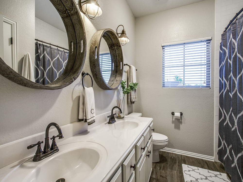 guest bathroom, farmhouse style, tray for mirrors