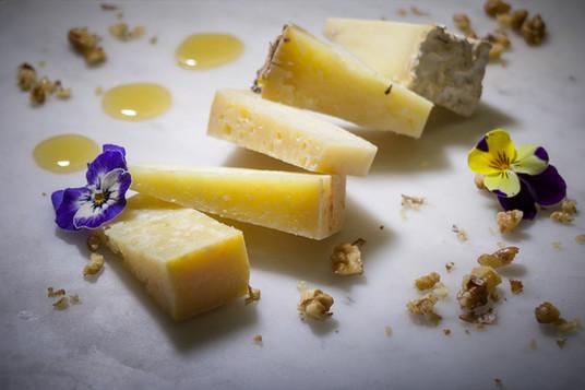 Pecorini bio della famiglia Busti, miele di spiaggia, noci e confettura di pere  Busti's Bio sheep cheese platter, wildflower honey, walnuts and pears