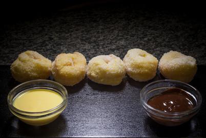 Bomboloncini con crema e cioccolata  Donuts with cream and chocolate