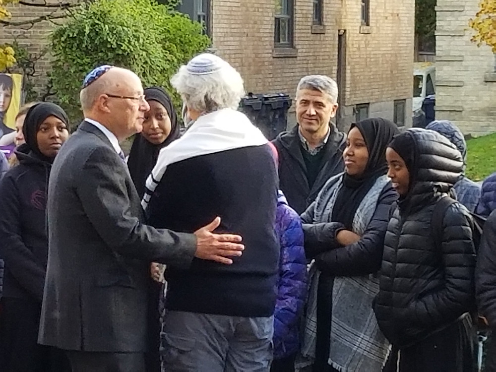 Jews at Holy Blossom thanking Muslims forming a protective ring on Shabbat