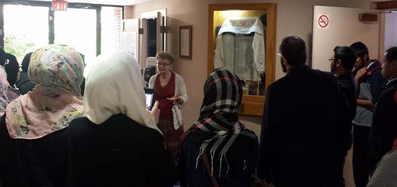 Muslim students at Jewish synagogue - Toronto