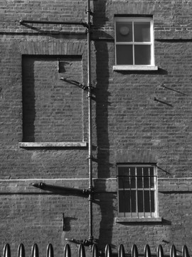 History of a building revealed by imperfection