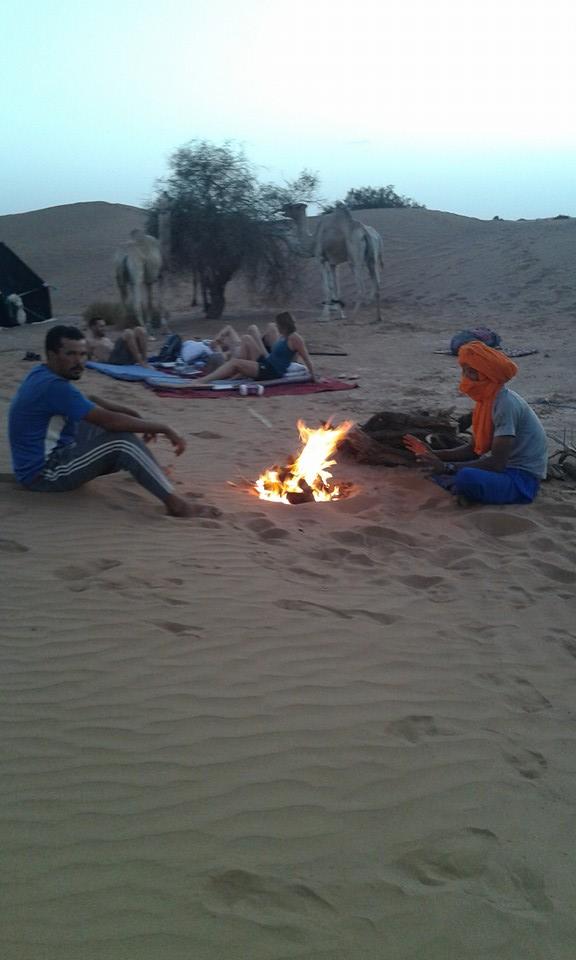 Feu de camp dans le désert