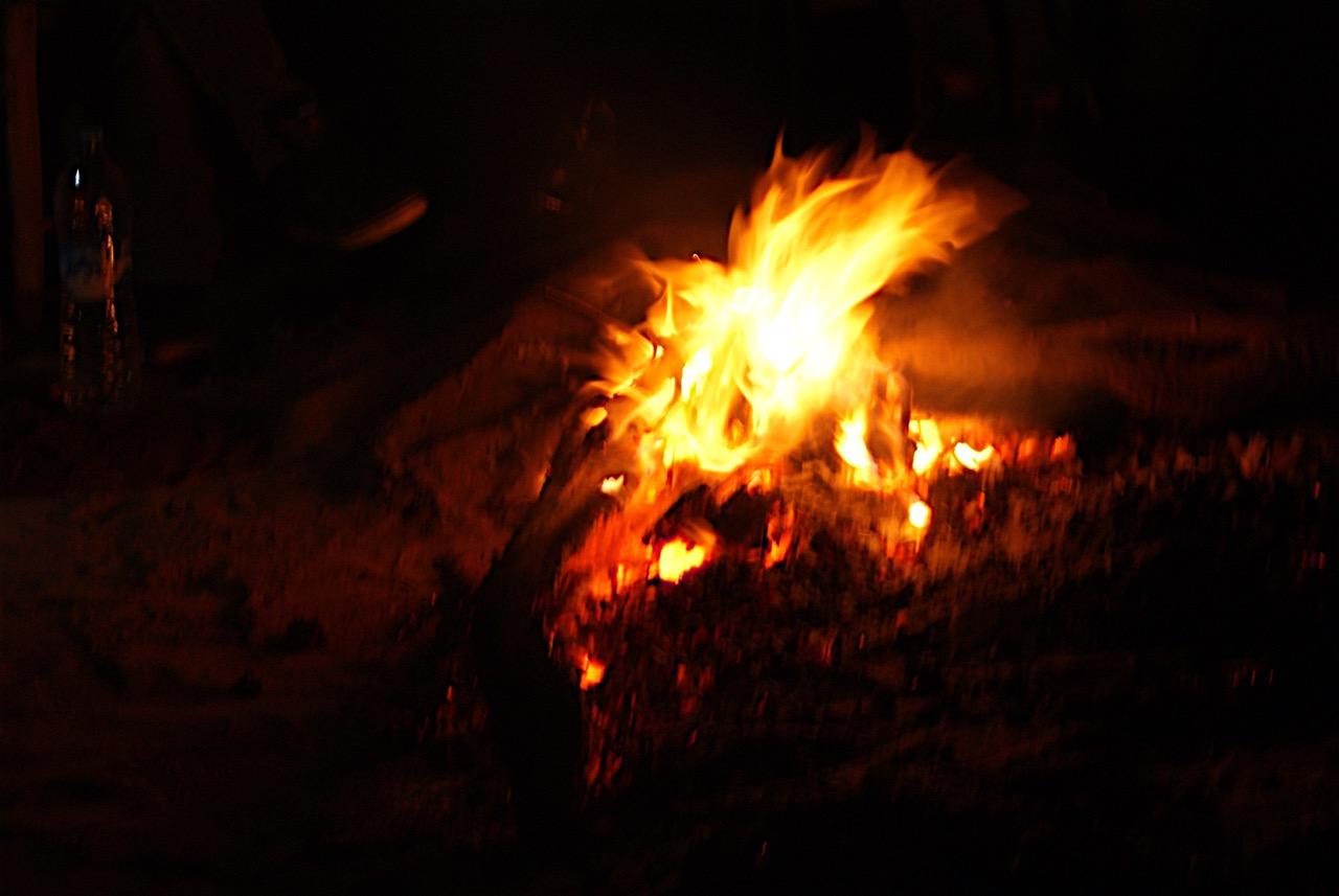Autour d'un feu dans le désert