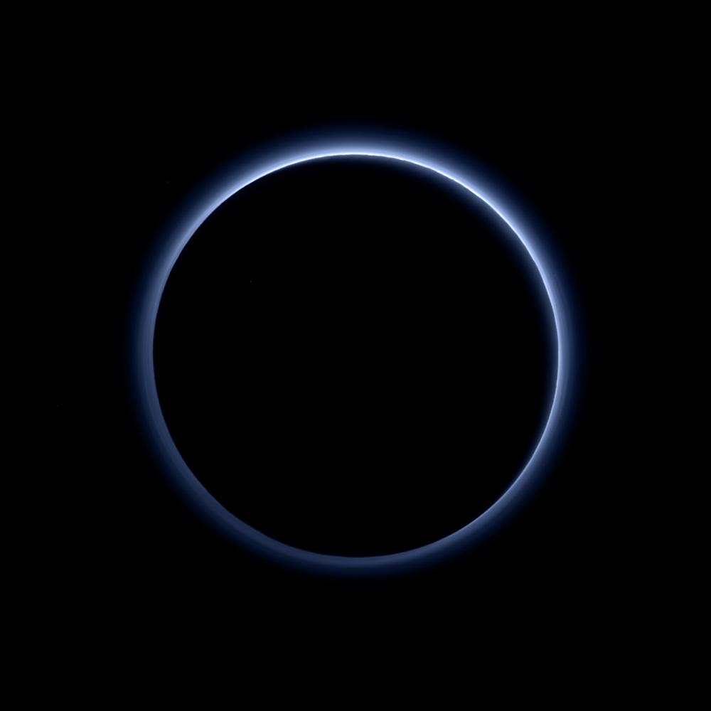 Перше кольорове фото атмосфери Плутона. Кольори близькі до природніх (Credits: NASA/JHUAPL/SwRI)