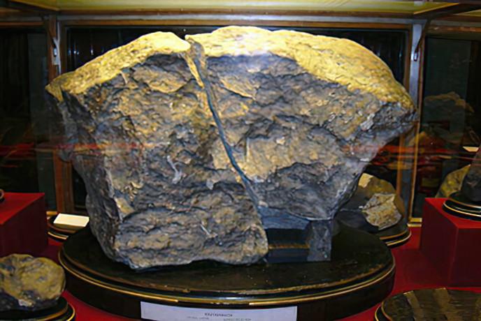 "Метеорит ""Княгиня"" (фото Djmaxelectro/wikipedia)"