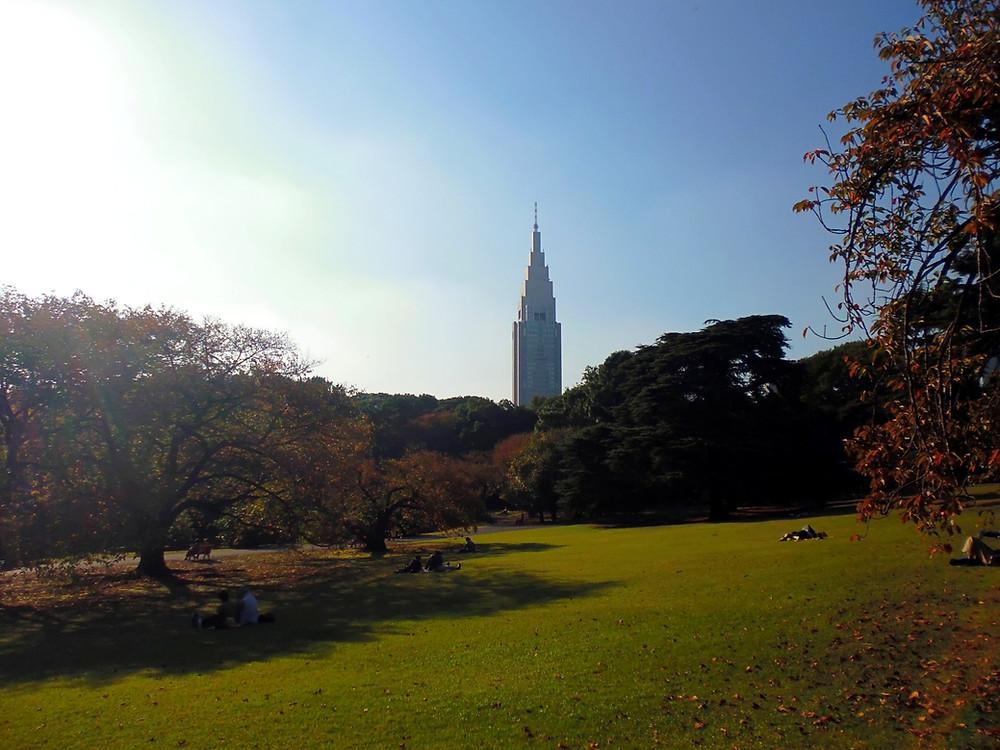 Interno del parco di Shinjuku con vista dell'orologio NTT Docomo