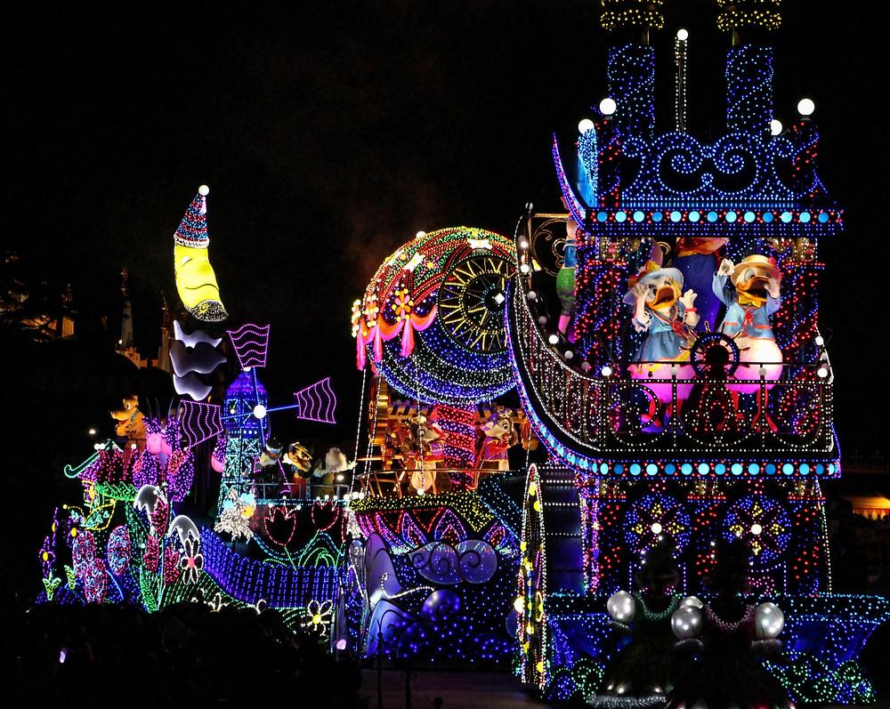 Disneyland Tokyo di notte durante le feste natalizie
