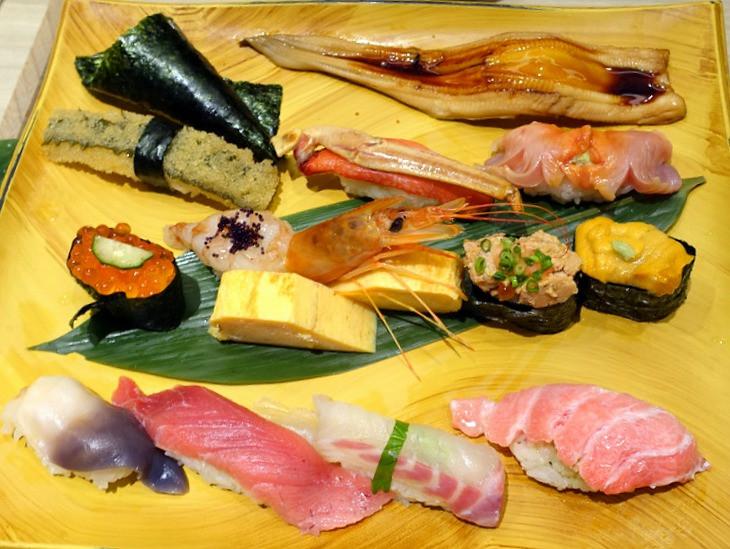 Piatto di sushi fresco