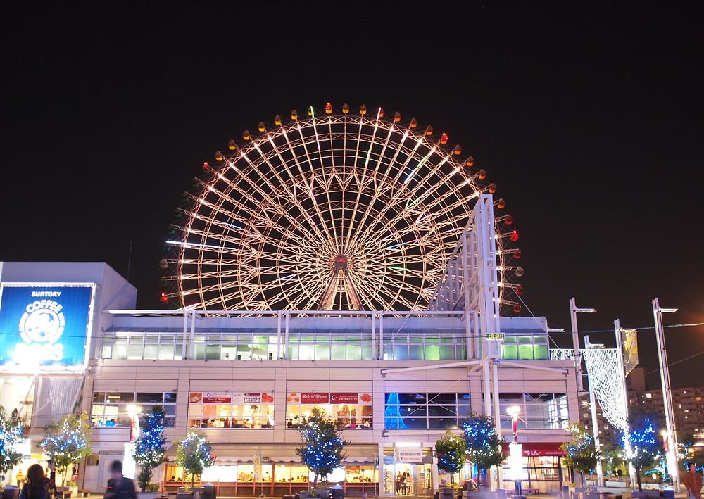 Ruota panoramica illuminata a Osaka