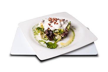 Ensalada César con beicon crujiente, costrones de pan y salsa de anchoa y mostaza