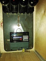Старый электросчит с пробками. С новым счётчиком.jpg