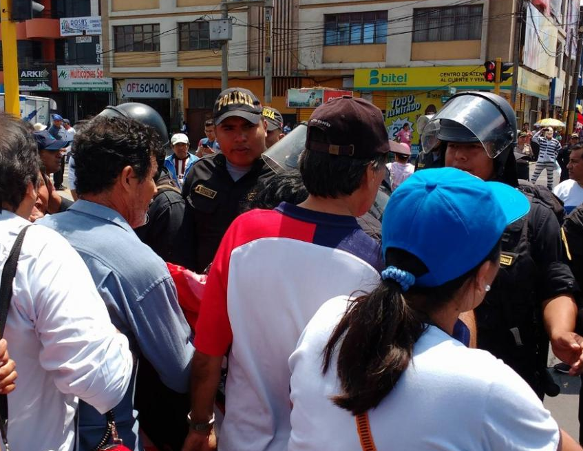 Police blocking protest in Chimbote