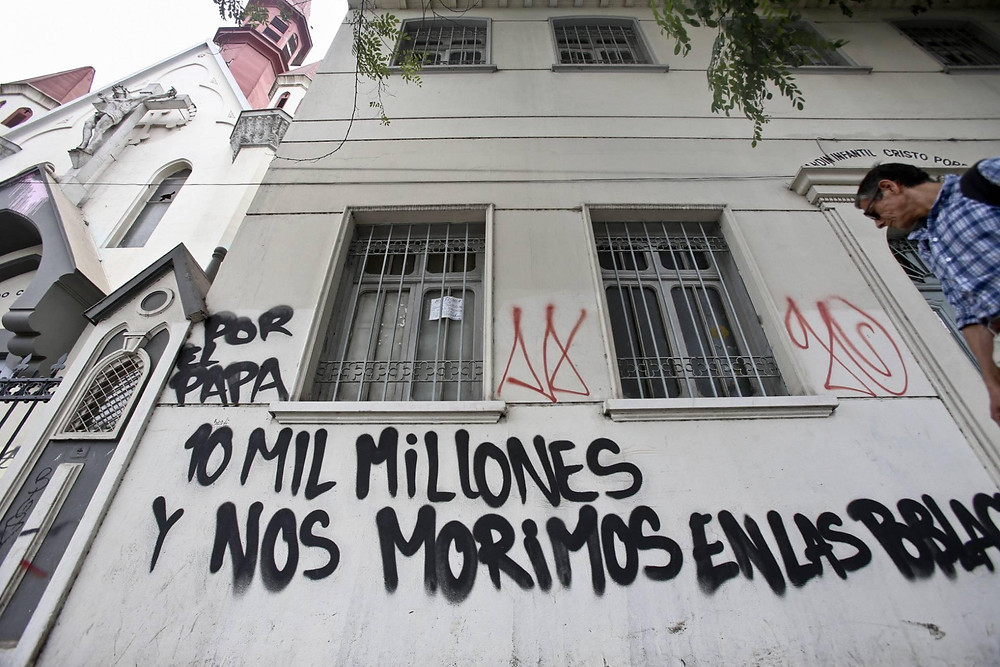"Grafitti in Chile: ""For the Pope 10 Billion, while we starve in the villages"""