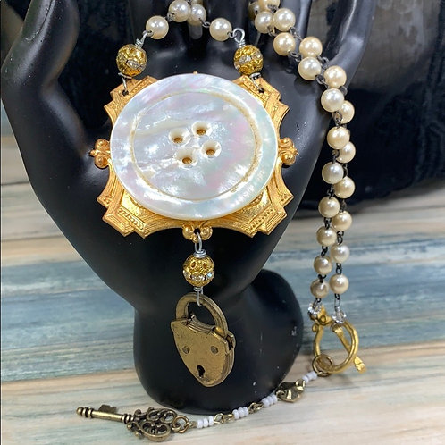 Grannies pearl button lock necklace