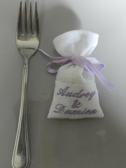 """2 prénoms """"classique"""" broderie violet-parme ruban violet parme"""