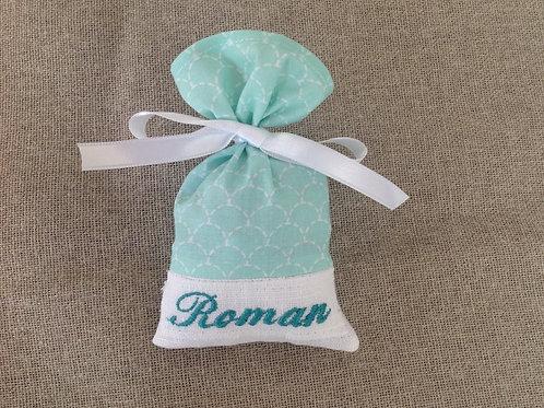 motif écaille vert-d'eau broderie vert ruban blanc